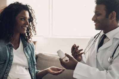 male physician talking to the pregnany woman